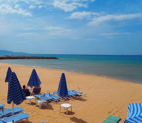 Kreta-Sandstrand-Sonnenliegen-Meer